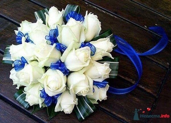 Букет невесты из белых роз, декорированный синей прозрачной лентой - фото 125953 Джулс