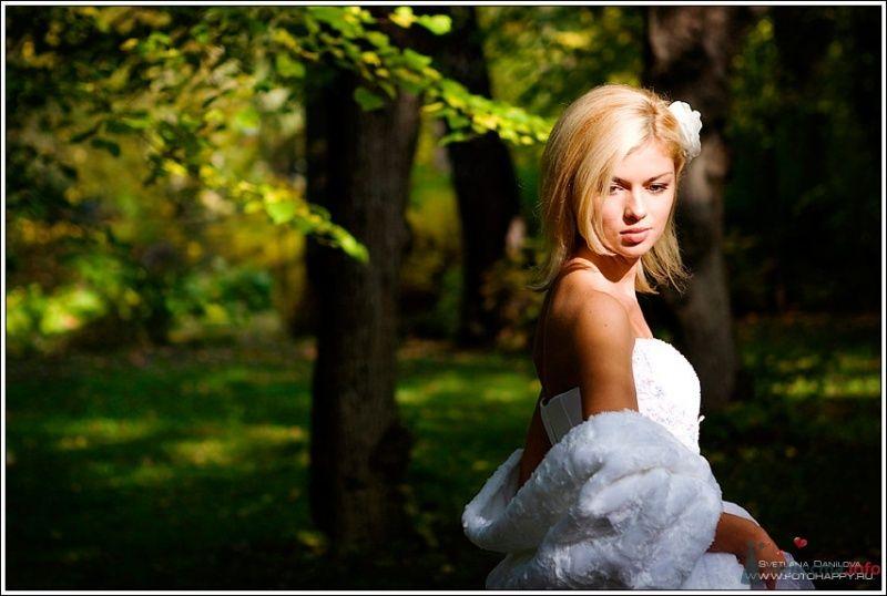 На плечах невесты белоснежная меховая накидка