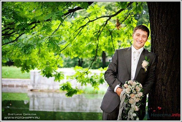"""Классический черный костюм жениха """"тройка"""" с белой жилеткой, белой рубашкой, белым галстуком и с зелено-белой бутоньеркой в - фото 53436 Lana Danilova"""
