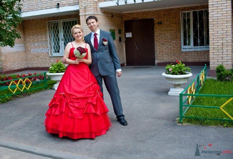 Жених и невеста стоят, прислонившись друг к другу, возле дома - фото 46214 Ivetta