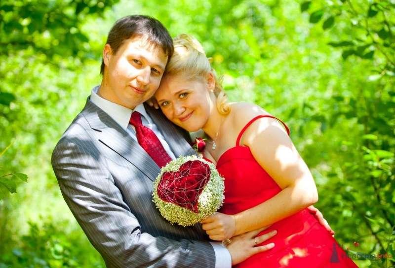Жених и невеста стоят, прислонившись друг к другу, в лесу - фото 46316 Ivetta