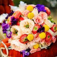 Яркий летний букет невесты из роз и фиалок