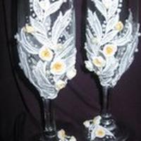 Свадебные бокалы ручной работы, выполнены из белого кружева с бусинами и лепными цветами