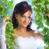 невеста среди зеленых деревьевсвадьба летом