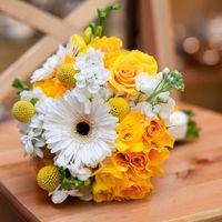 Букет невесты в желто-бело гамме из гербер, роз и фрезий