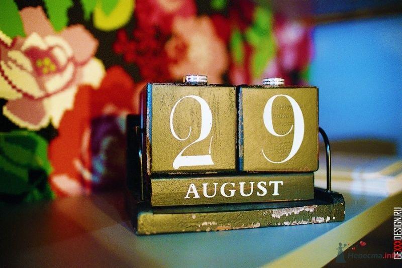 Настольный календарь с датой свадьбы на фоне цветов, для оформления - фото 52867 Хлоя