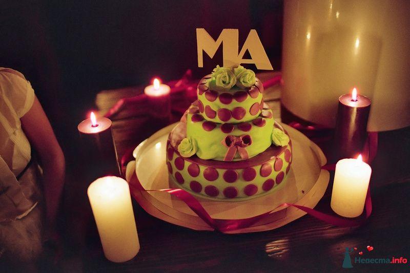 Многоярусный свадебный торт, в зеленой мастике, украшенный  коричневыми сахарными кругами и цветами - фото 85144 Хлоя