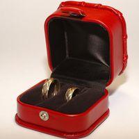 Красная коробочка с кольцами