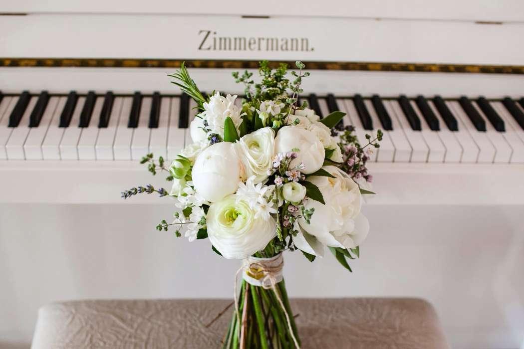 Букет невесты из белых ранункулюсов, бувардии и пионов, фиолетовой лаванды и хамелациума  - фото 1873557 Almadesol