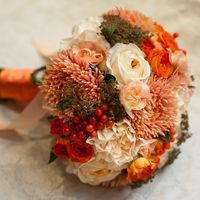 Оранжевый букет невесты из астр, роз и гвоздик