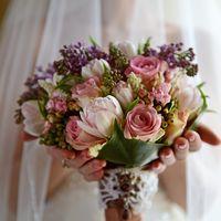 Весенний букет невесты из роз, сирени и тюльпанов