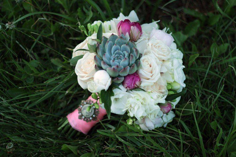 Букет невесты из белых роз и фрезий, сиренево-розовых пионов и зеленого суккулента, декорированный розовой лентой и брошью  - фото 1259731 Студия флористики и декора Батуры Кирилла