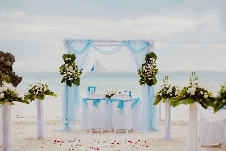 Стулья для гостей на выездной церемонии, украшенные в белые чехлы с голубыми лентами - фото 2057108 Kotytina