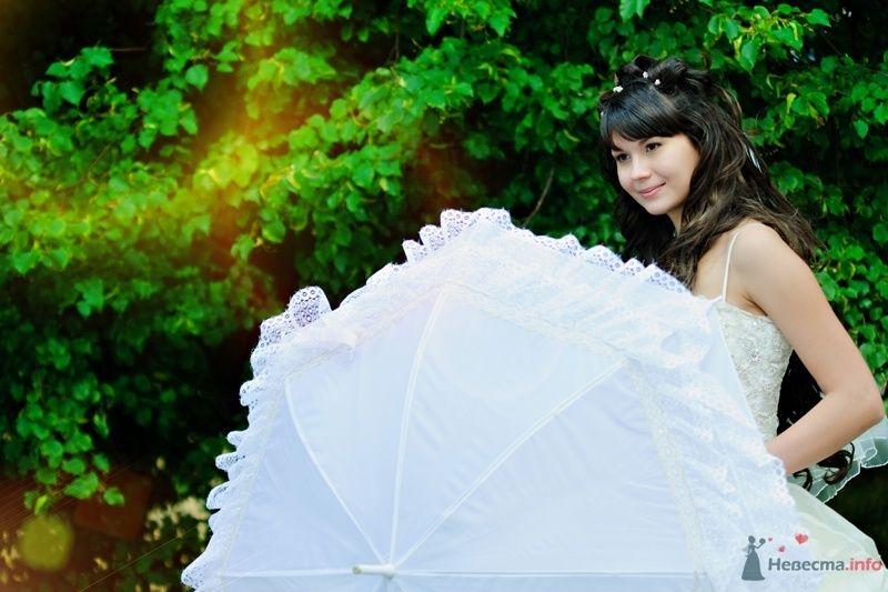 В руках невесты белый зонт с кружевными рюшами