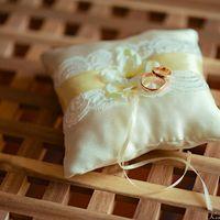 Подушечка для колец с желтой лентой и цветком