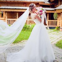Белое пышное платье со шлейфом