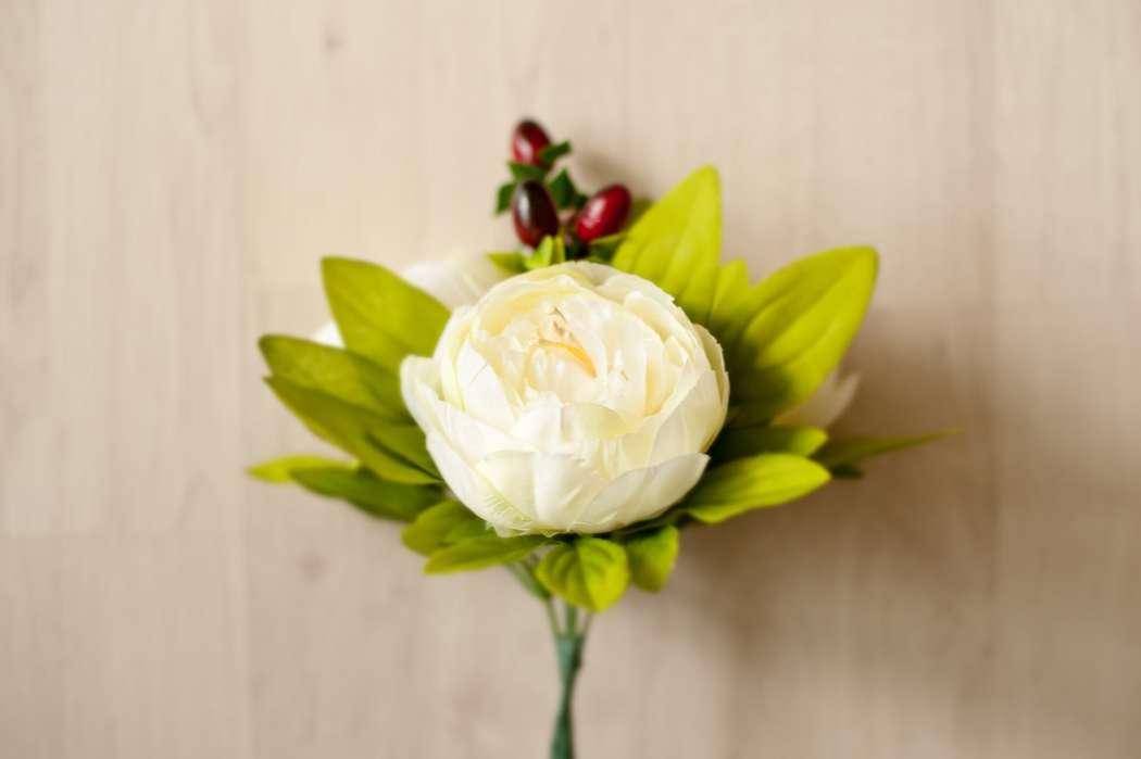 Берем веточку Ягод, веточку зелени и пионовидную розу - фото 1369364 Art агентство Basilic