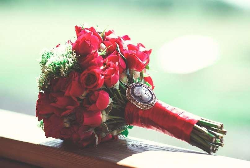 Букет невесты из малиновых роз и белого трахелиума, декорированный малиновой атласной лентой и белой брошью Камея  - фото 1770495 АртБукет - флористика и оформление