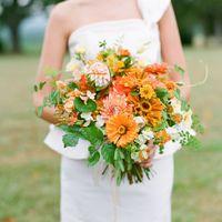 Оранжевый букет невесты из астр и зелени
