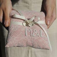 Розовая кружевная подушечка для колец
