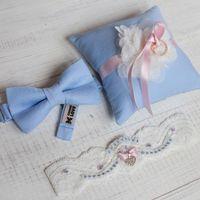 Комплект на свадьбу в цвете Pantone 2016 Serenity & Quartz Rose (голубой в сочетании с розовым) Подушечка для колец, подвязка невесты, бабочка. Фурнитура металлическая. Размер бабочки 6х11см. Размер подушечки 15х15 см. Подвязка из стрейч кружева. Отправка
