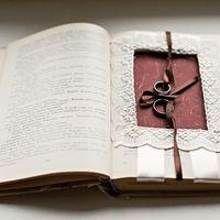 Старинная книга как подушечка для колец