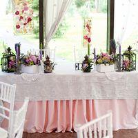 Розовый, сиреневый, лавандовый тона в оформлении свадьбы в стиле Прованс. Фонари металлические, деревянные кашпо, подсвечники. Оформление президиума.