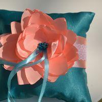 Зелёная подушечка для колец с розовым цветком