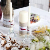 Бутылки, бокалы и свечи были оформлены в едином стиле
