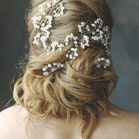 Свадебная прическа низкий пучок с элементами плетения на длинные волосы