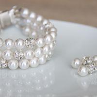 Комплект свадебной бижутерии - браслет из трех ниток жемчуга Swarovski белого цвета с вставками со стразами и небольшие лаконичные серьги.