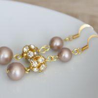Комплект - браслет и серьги, выполнен из жемчуга Swarovski цвета Almond Powder и золотистой фурнитуры.