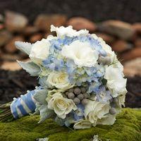Бело-голубой букет невесты из гортензий, роз и эустом