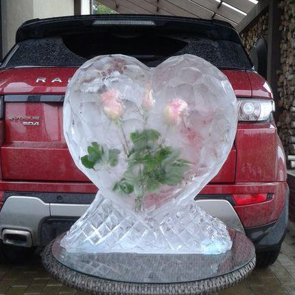 Сердце с вмороженными розами внутри