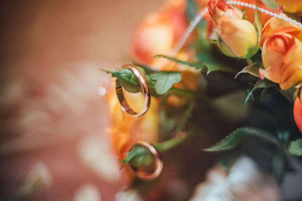 Золотые обручальные кольца, выполнены в классическом стиле, на листочках букета роз. - фото 1491287 Фотограф Lenura Tsemenko