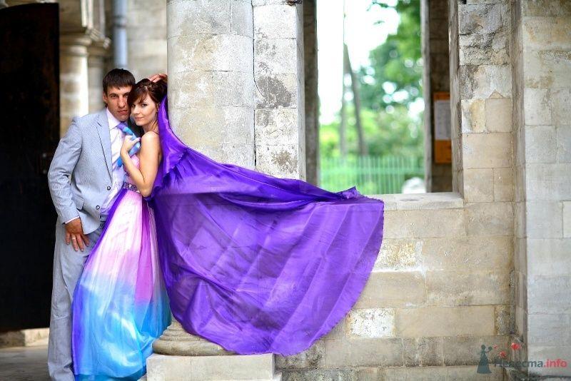 Жених и невеста сидят, прислонившись друг к другу, на фоне здания - фото 45731 Невеста01