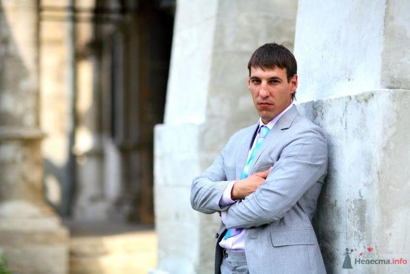 Классический голубой костюм жениха с полосатым розово-голубым галстуком и белой рубашкой - фото 45742 Невеста01