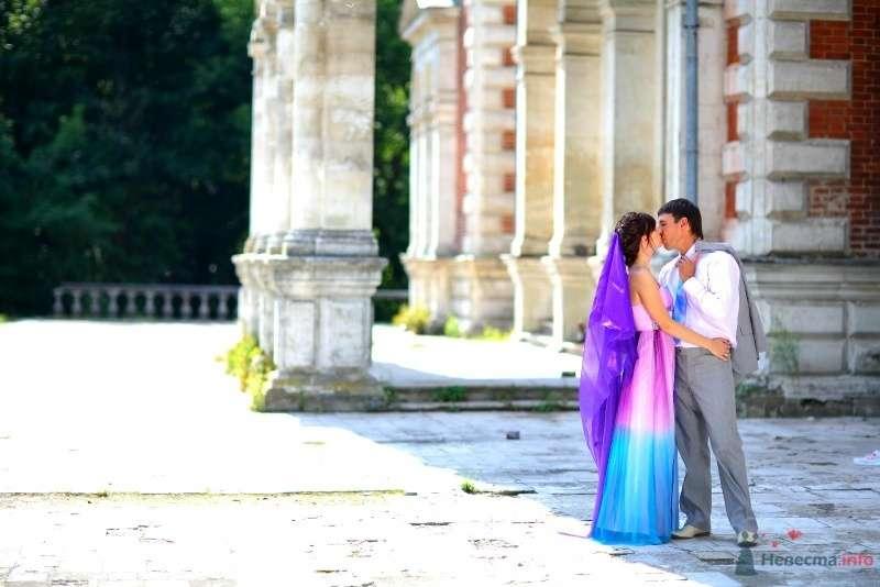 Жених и невеста целуются в парке возле серого здания - фото 45753 Невеста01