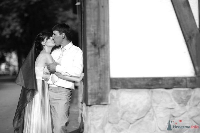 Жених и невеста целуются возле дома - фото 45776 Невеста01