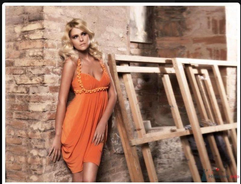 Подружка невесты в коротком оранжевом платье с завышенной талией и декором по ней, переходящим в бретели, драпировкой по лифу и - фото 68121 Невеста01
