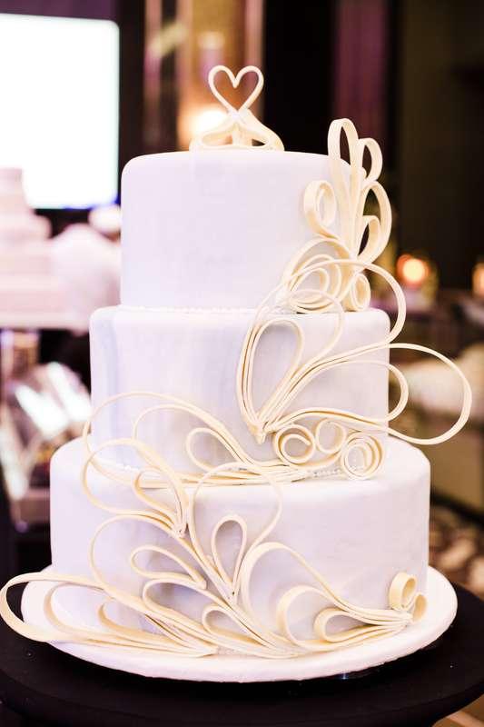 Белоснежный свадебный торт, украшенный золотым орнаментом из сахарного песка - фото 1460959 Хаятт Ридженси Сочи - отель