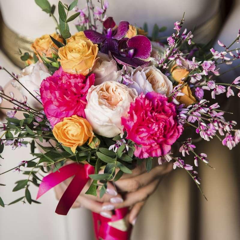 Букет невесты из пионовидной розы, диантуса, кустовой розы и генистры с декоративной зеленью - фото 16730012 Флорист Юрина Алёна