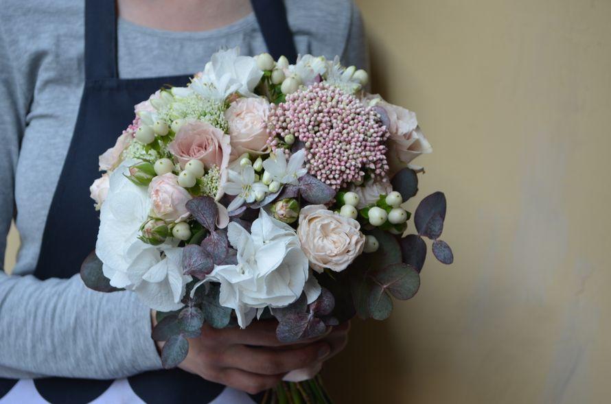 Букет невесты из кустовой пионовидной розы, озотамнуса, агапантуса, гиперикума, гортензии и эвкалипта - фото 16730346 Флорист Юрина Алёна