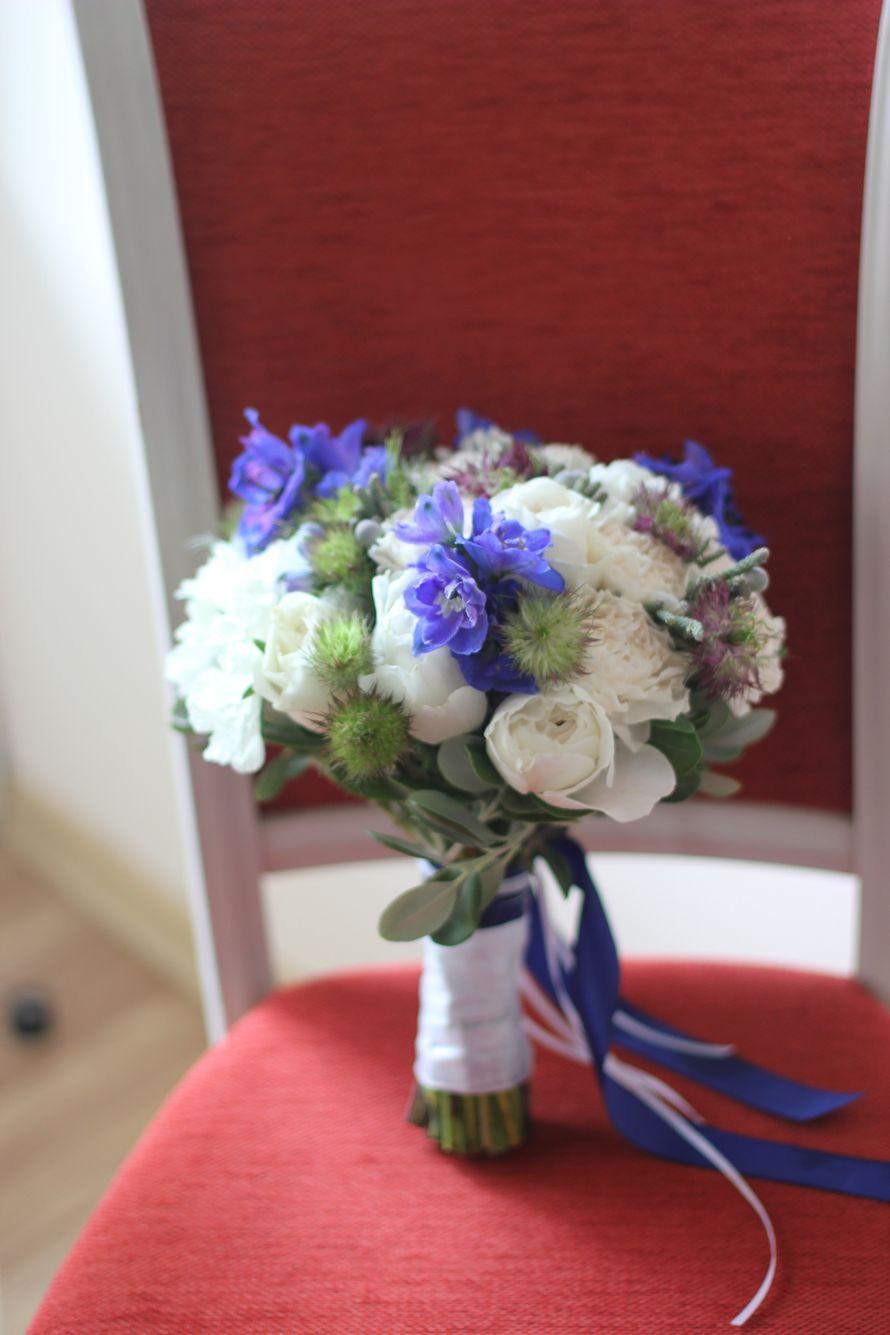 Букет невесты из белый пионовидных роз, синего дельфиниума, белой скабиозы, нигеллы с зеленью эвкалипта - фото 16733706 Флорист Юрина Алёна