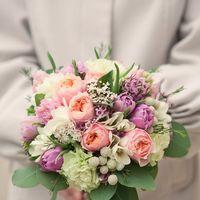 свадебный букет на своих ногах из пионовидной розы, тьюльпанов, гвоздики, брунии, фрезии, гиацинтов, зелени. цена 4000 руб.№ 0559