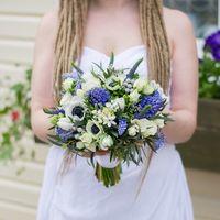 """Весенний свадебный букет в бело-голубых тонах. Состав : Анемоны, гиацинты, мускари, фрезия, вероника, орнитогалум, кустовая роза, зелень. Свадебный букет сделан на своих ногах, и завернут в атласную ленту. Студия флористики и декора """"Артишок'' принимает з"""