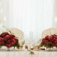Свадебное оформление живыми цветами в цвете марсала стола молодых от студии флористики и декора ''Артишок''/ Все вопросы по цене, по оформлению задавайте по телефону +7(846) 260-50-05. Или пишите в личку флористам .