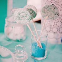 Леденцы на палочки на candy bar сладком столе в цвете Тиффани