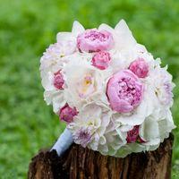Букет невесты из розовых пионов, белых гортензий, астр и орхидей