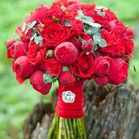 алый букет невесты красный из роз